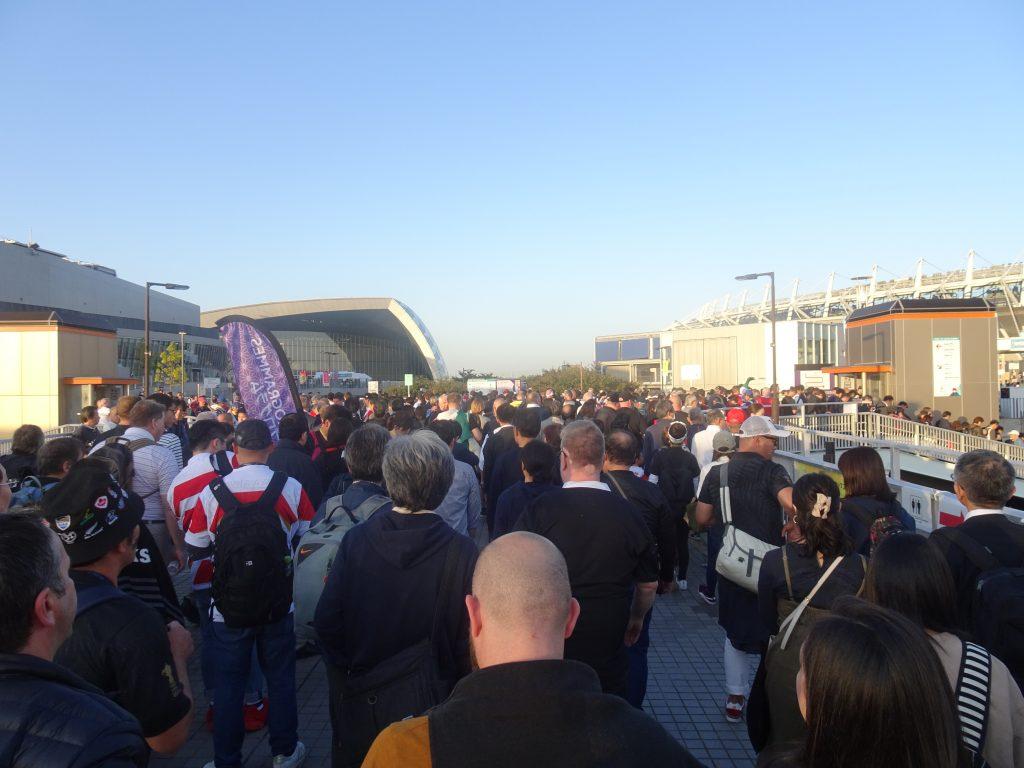 大混雑のスタジアムに向う一本道