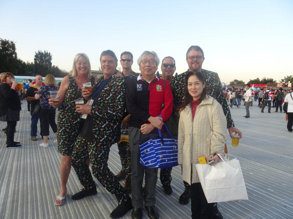 ニュージーランドスーツを着た人たちと一緒に写真に写る書き手と糖尿病専門医さん
