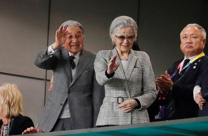 観衆に手をふる上皇さま 上皇后さま
