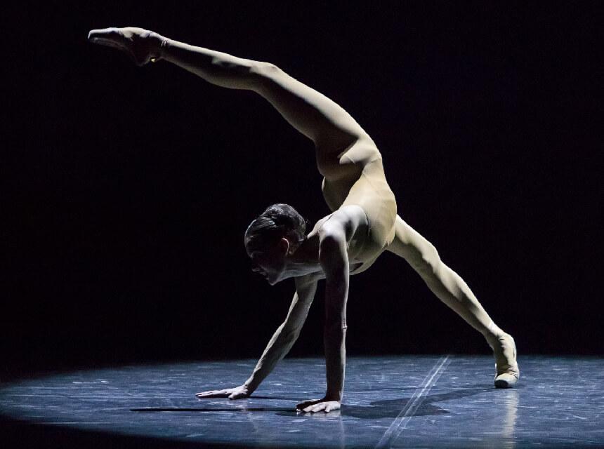 裸(ボディタイツ)姿で踊るシーン