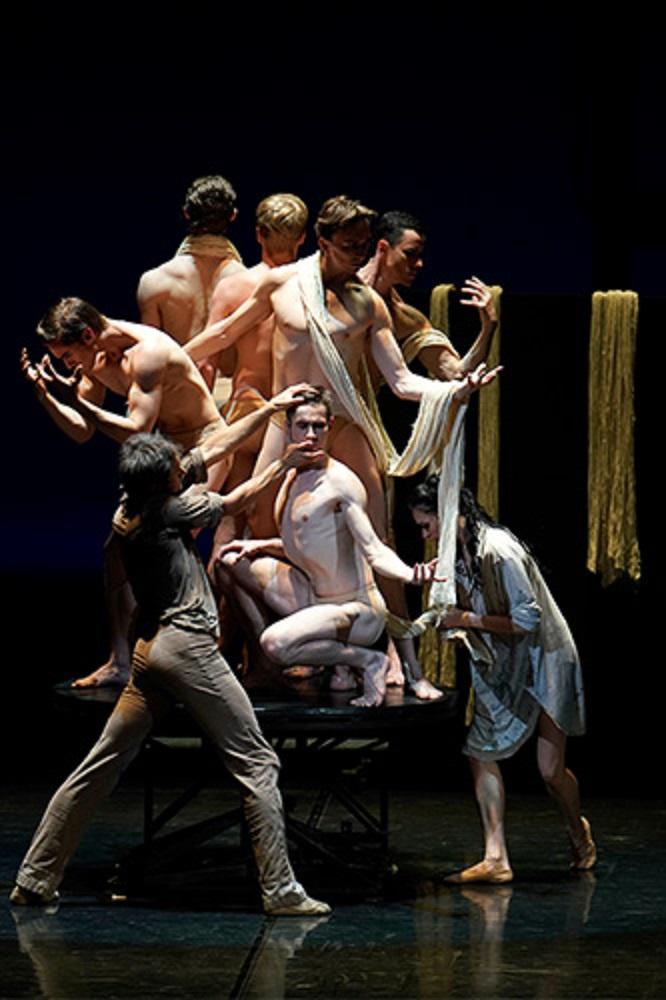 ダンサーにより表現される彫刻作品