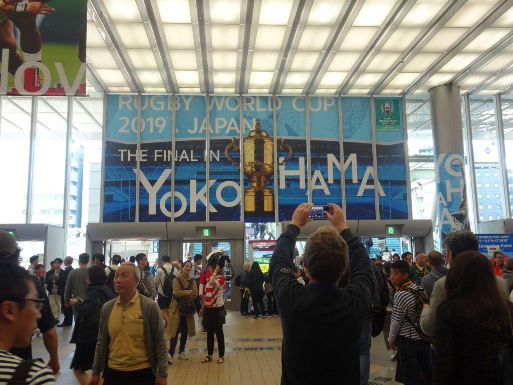 ファイナルの大きなポスターが掲げられた新横浜駅の構内