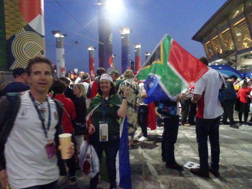 大きな南アフリカの国旗をふる南アフリカのサポーター