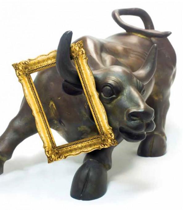 美術作品と並ぶウオール街のシンボルの牛