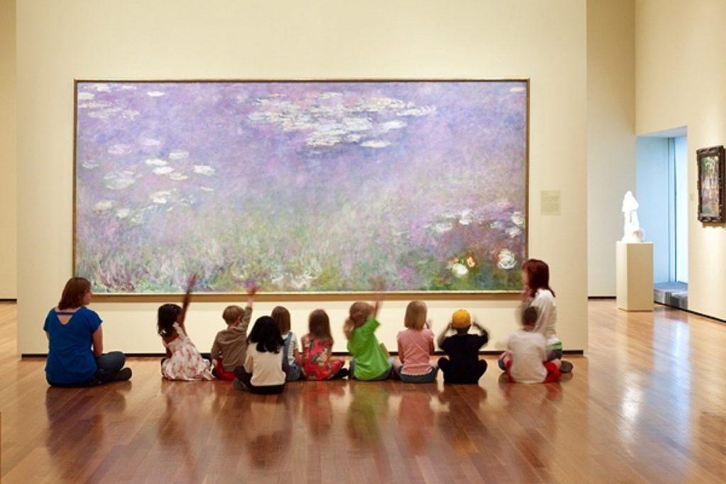 美術館で作品を鑑賞する子供達