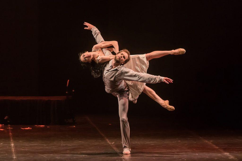 踊るエイフマンバレエのダンサー