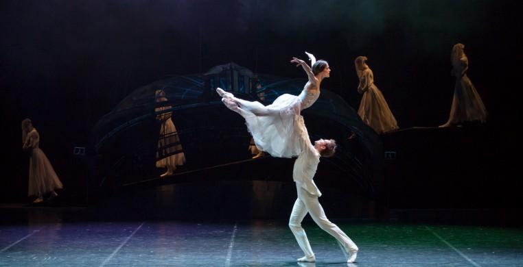 空中浮遊しているように見える女性ダンサー