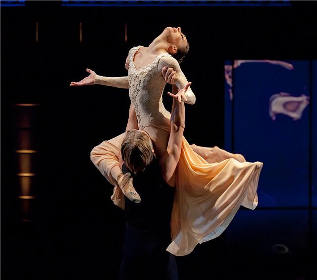 ダイナミックに踊るダンサー