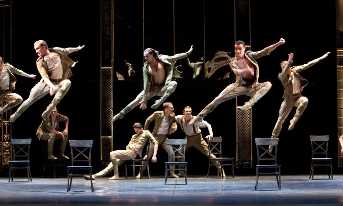 エネルギッシュで力強い踊りを見せるダンサー