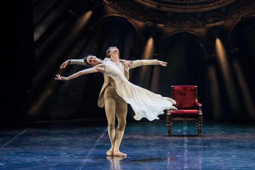 しっとりと情緒的に踊るダンサー