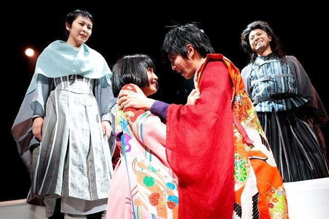 2組のロミオとジュリエットが芝居する様子