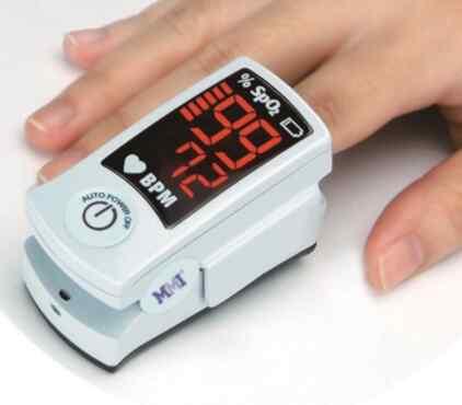 経皮的動脈血酸素飽和度測定を行っている様子