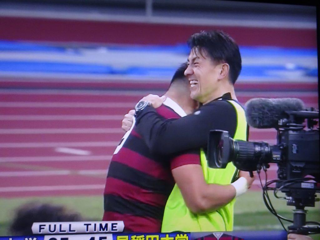 後藤さんに抱きつく斎藤キャプテン