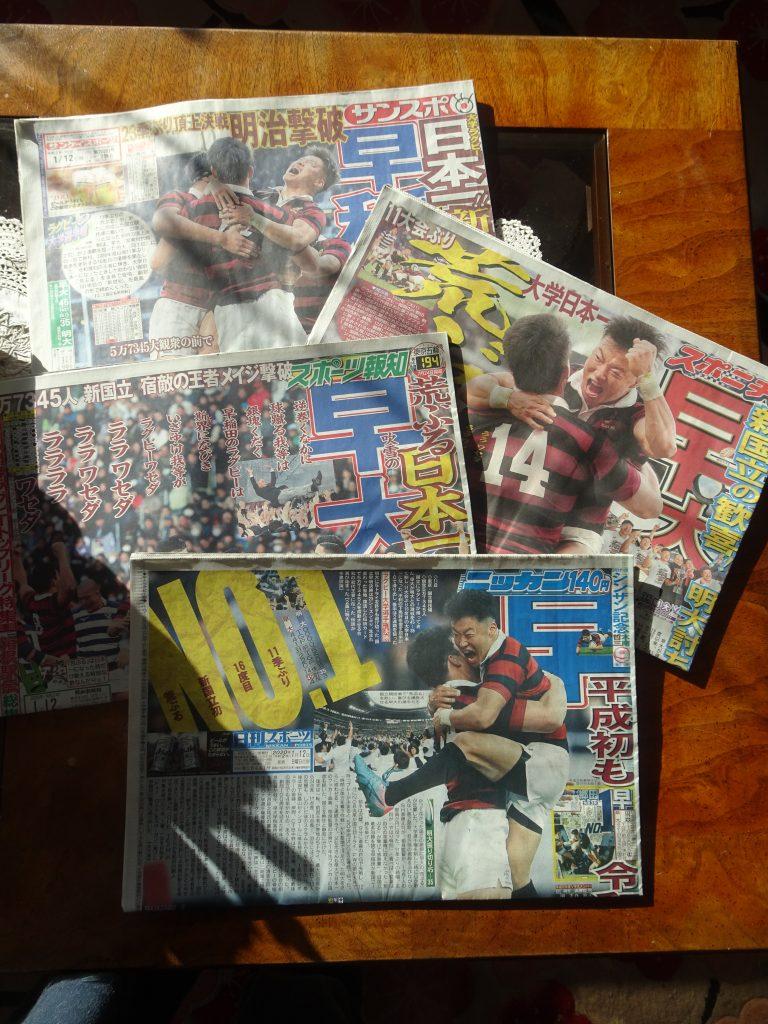 机に並べられた買い漁られたスポーツ新聞