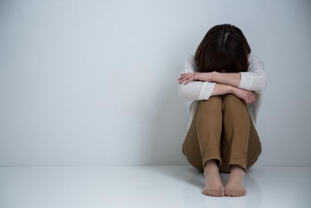 絶望感にさいなまれるうつ病の人