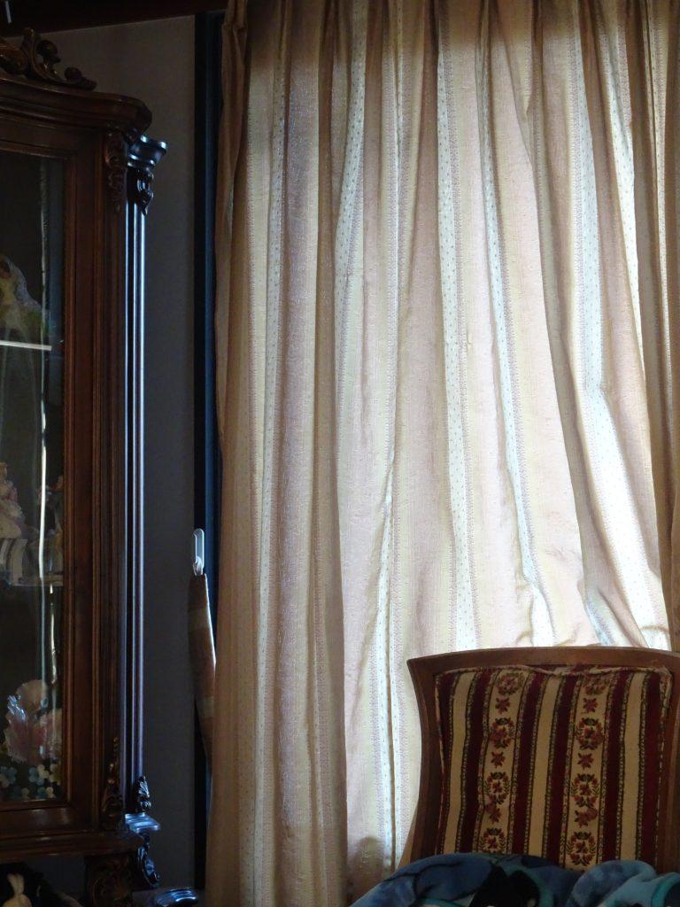 飾り棚とそばにあるイス