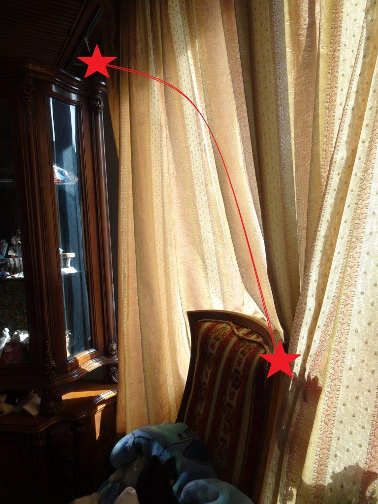赤い放物線で描かれたイスから飾り棚の上へのジャンプの経路