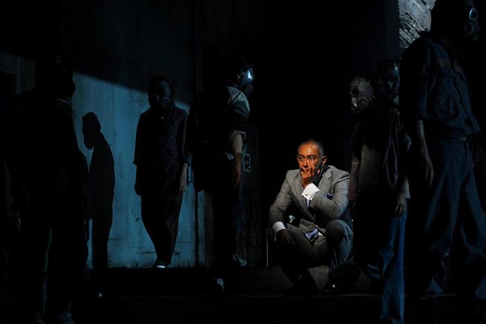 舞台で演ずる海老蔵さん