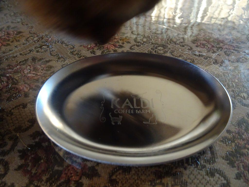小皿を覗きこむローズ
