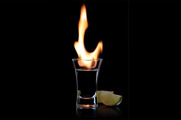 火がついたウオッカを入れたグラス