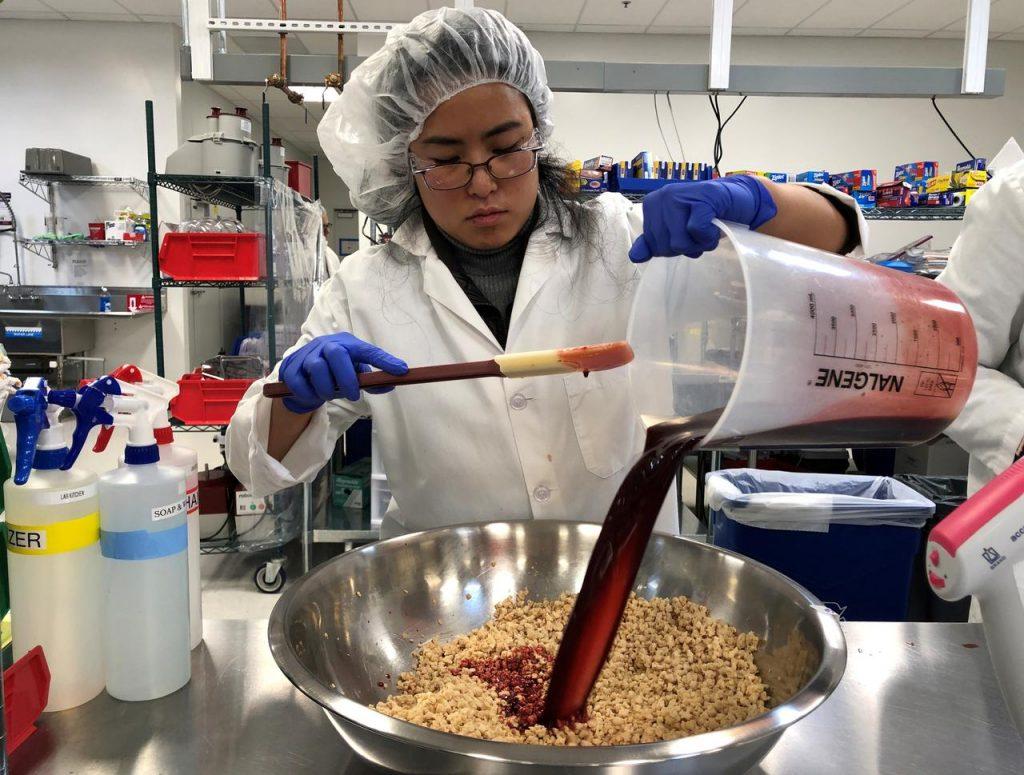 大豆レグヘモグロビンを用いて植物肉を製造している様子
