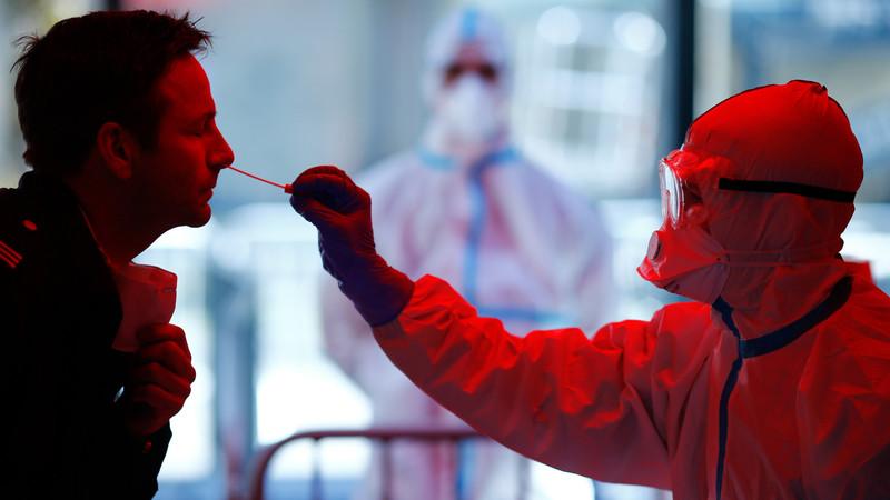 防護服を着て患者さんからPCR法に使う検体を採取している様子