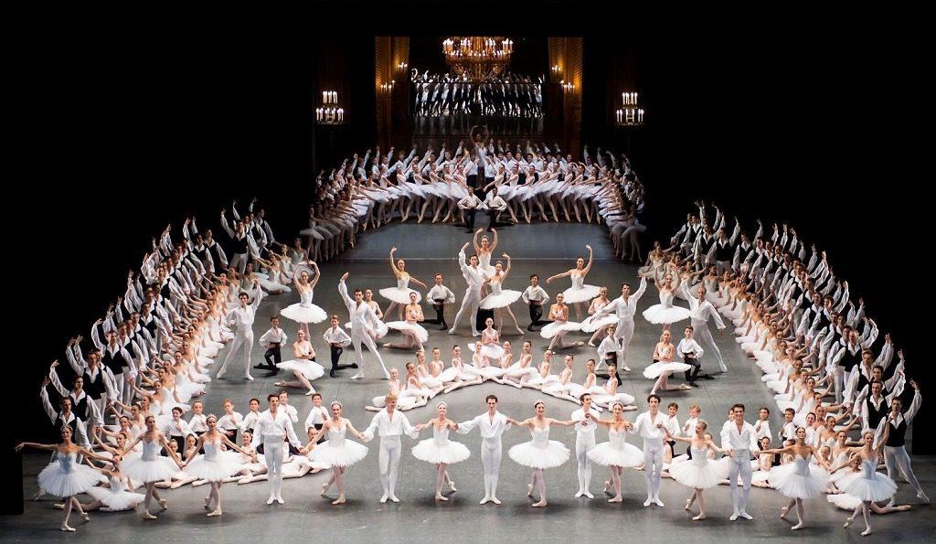 勢ぞろいしたパリ・オペラ座バレエのダンサー