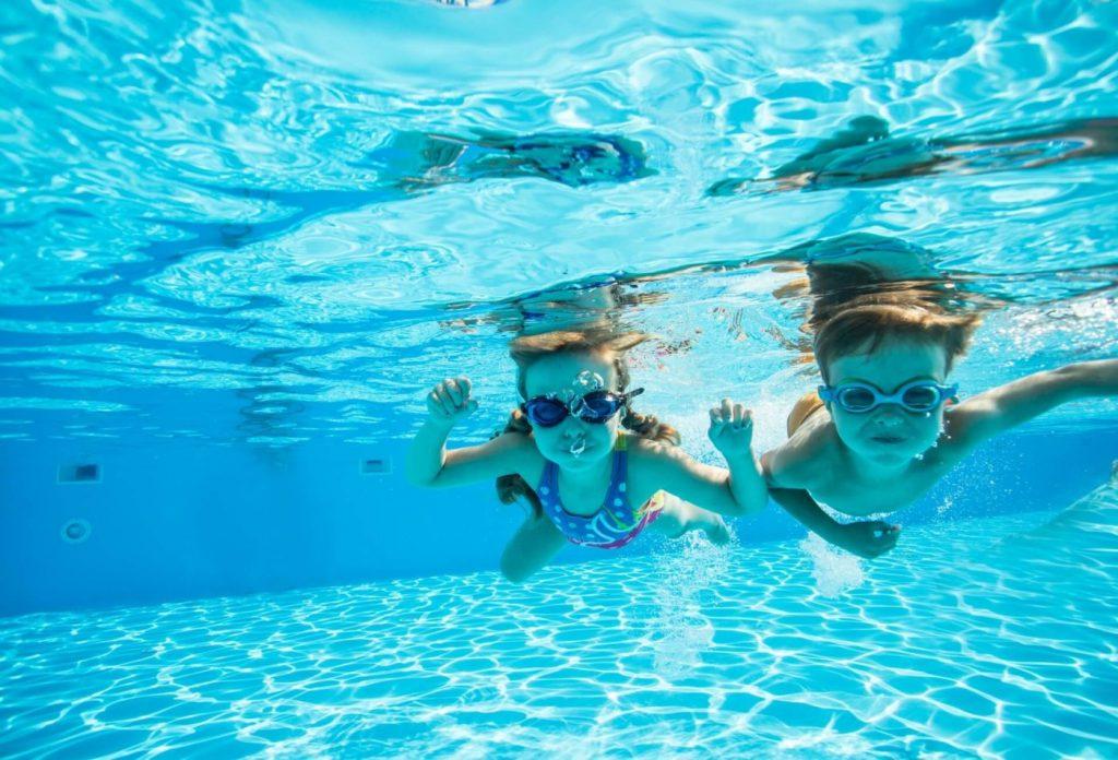 プールに潜る子供