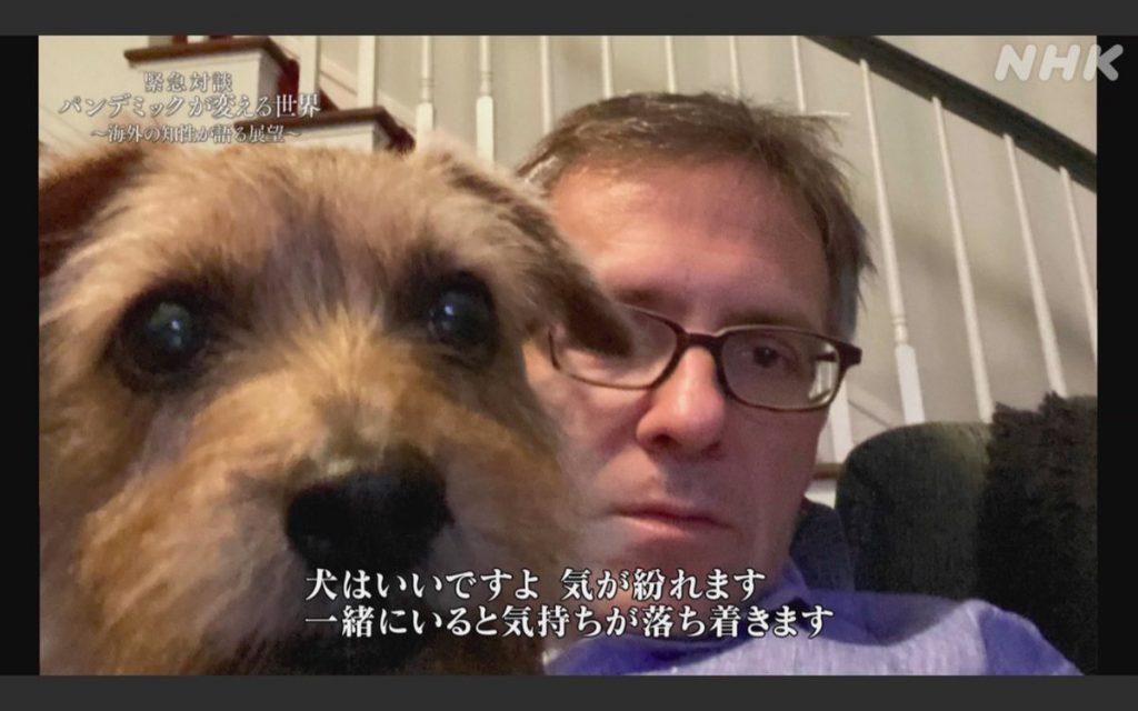 犬をかわいがるブレマーさん