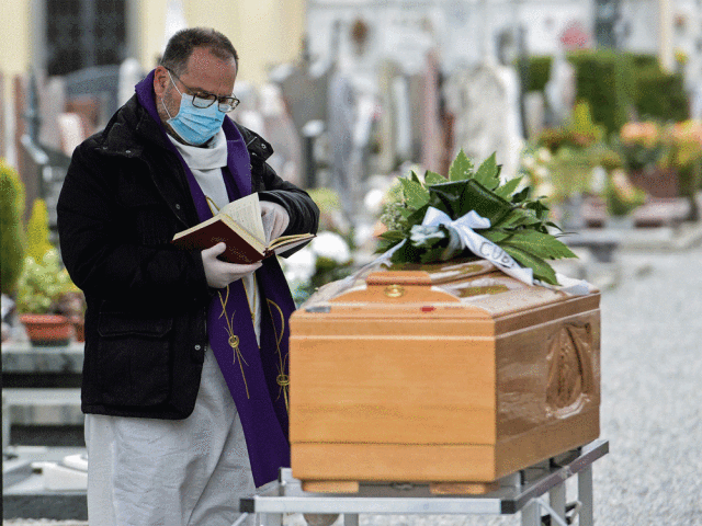 マスクをして葬儀に立ち会う神職者