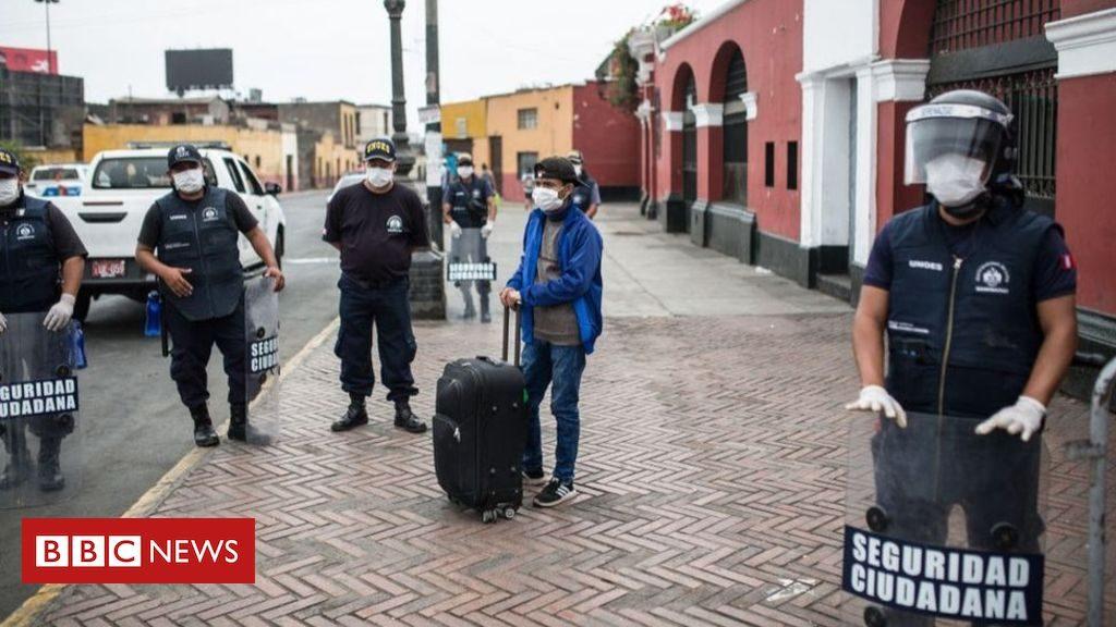 駅で旅行者をチェックする警察官
