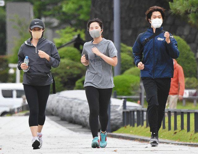 マスクをつけて運動している人たち