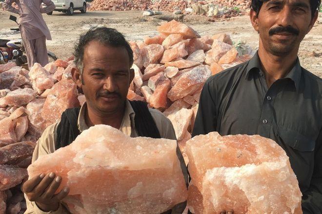 岩塩の塊を持つペルシア人
