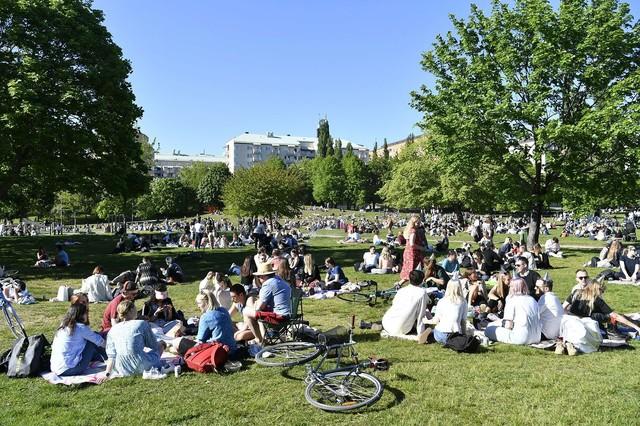 屋外で日光浴を楽しむスウエーデンの人たち