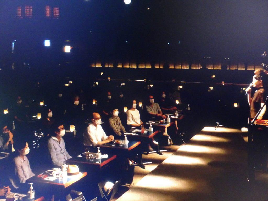 会場の聴衆に語りかけるひろみさん