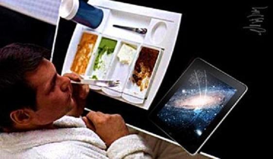 宇宙船内でムースを食べている乗組員