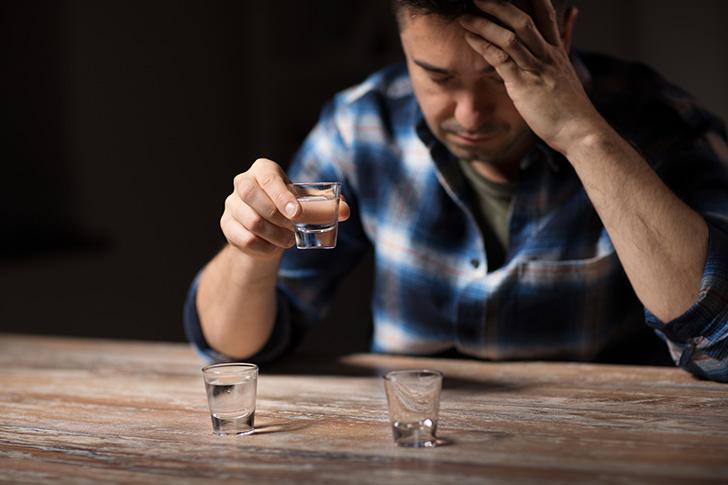 際限なく強い酒を飲む人