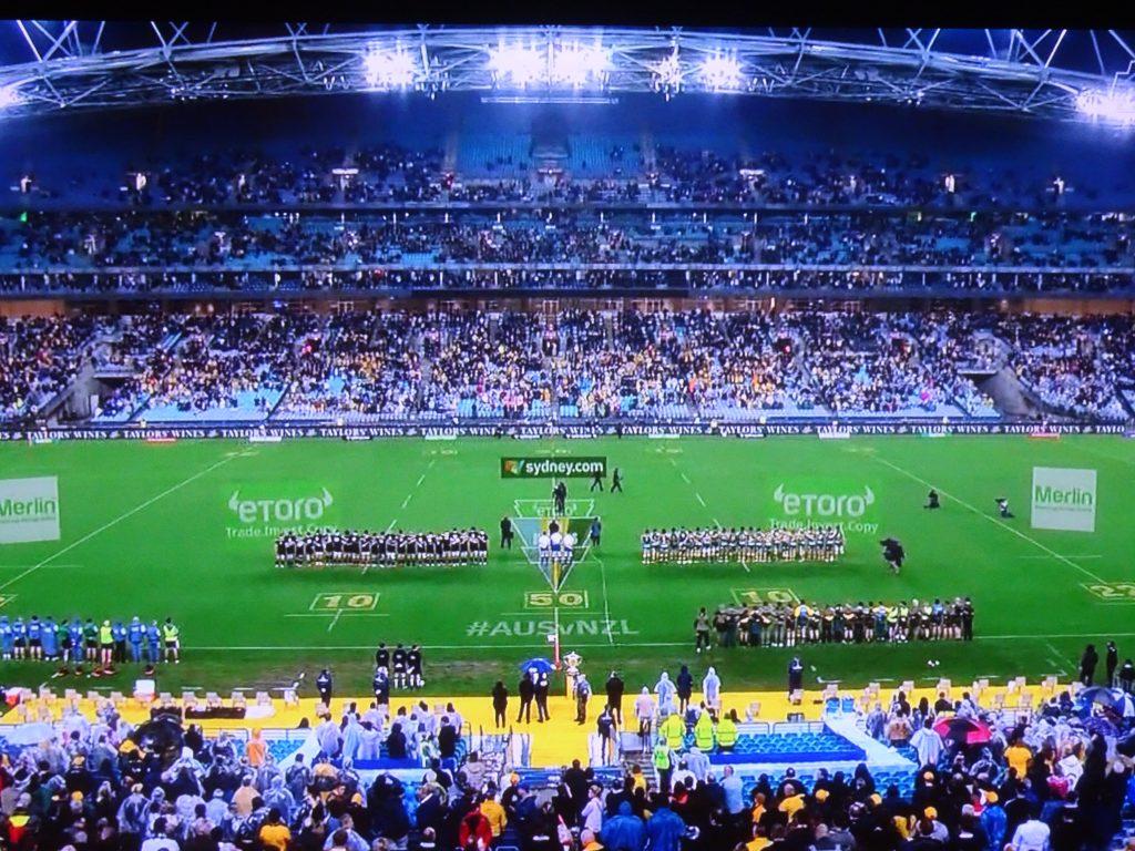 スタンドが観客で埋まったシドニーの競技場