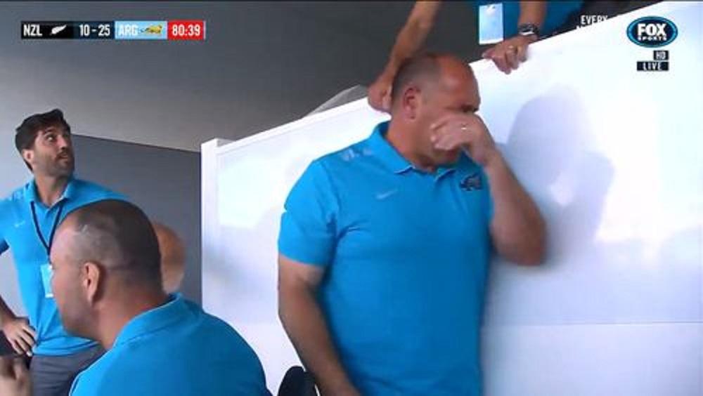 泣き始めるアルゼンチンのコーチ