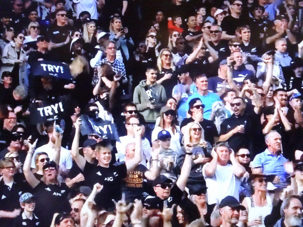 沸き立つスタジアムの観客