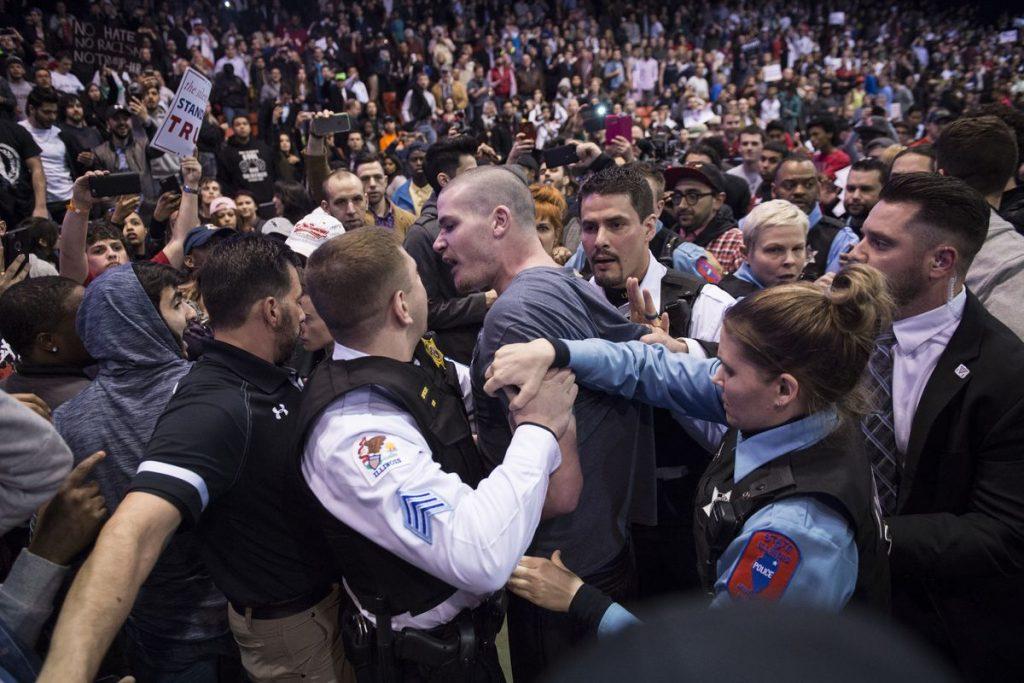 敵を激しく罵るトランプ支持者たち