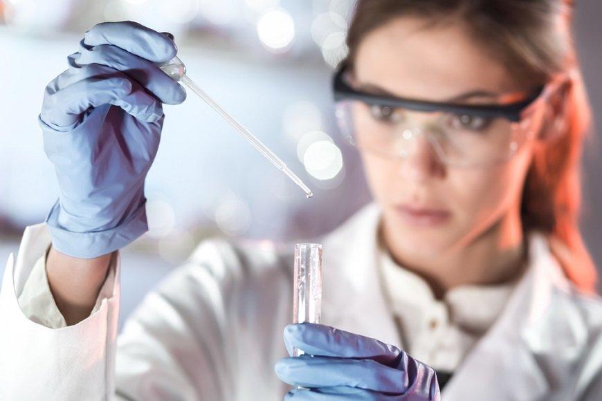 バイオテクノロジーの研究をしている人
