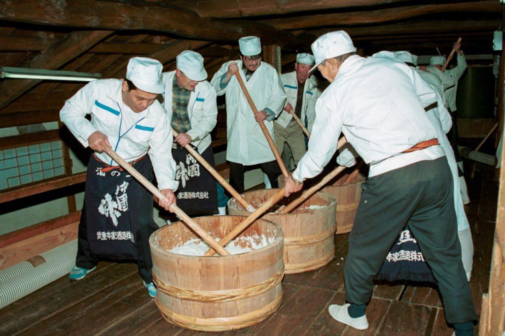 日本の蔵元で行われている生酛造りの様子