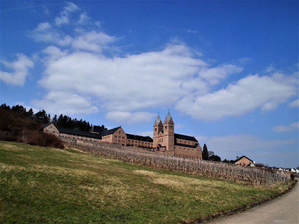 修道院とワイン畑