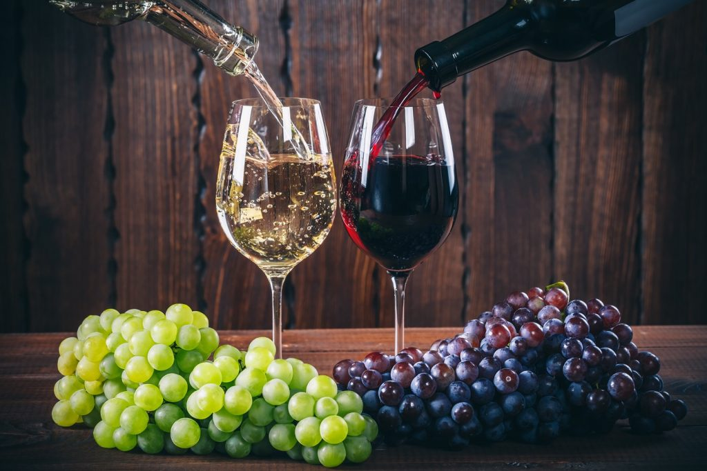 赤ワインと白ワインのアントシアニンの差異について説明した図