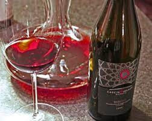 グラスに注がれたネッビオーロワインの色合い