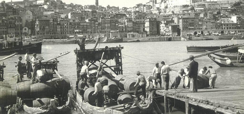 ポルトの川岸でポートワインを船積みする人々