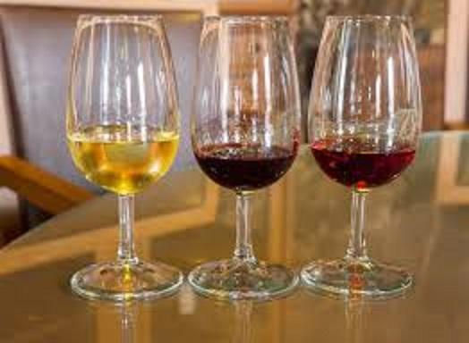 グラスに注がれたさまざまな種類のポートワイン