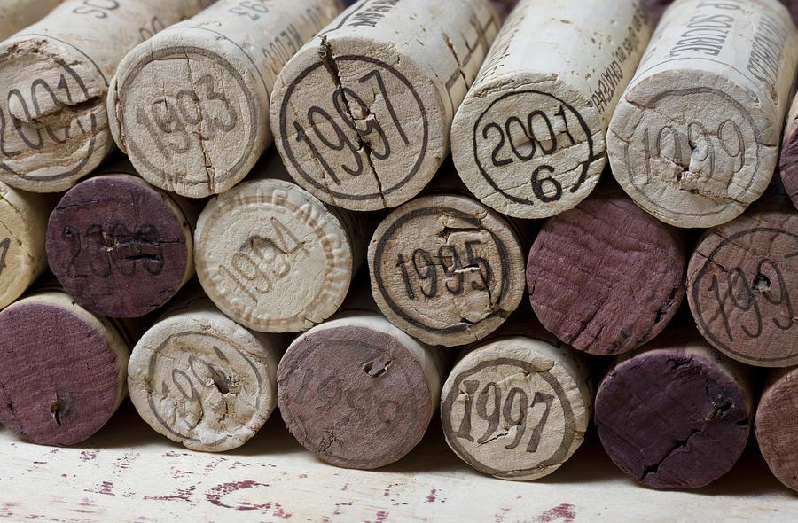 さまざまなビンテージが記されたワインのコルク