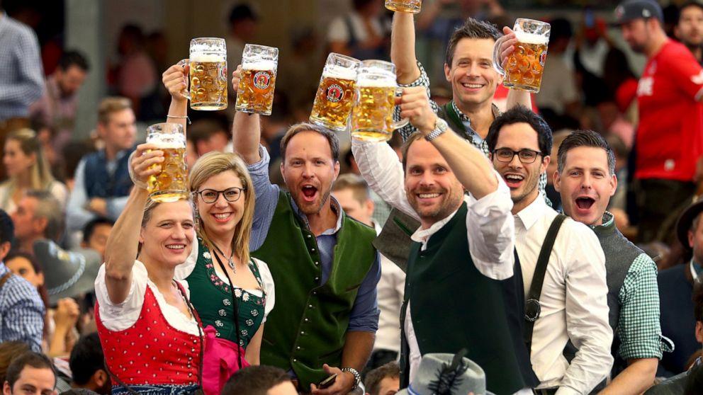 ビールを楽しむドイツの人々